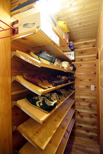 靴用には6段の棚を取り付けました。その上部には2段の水平棚を取り付け、靴以外のものの収納に使います。今持ってきている靴だけで、3段が埋まりました。